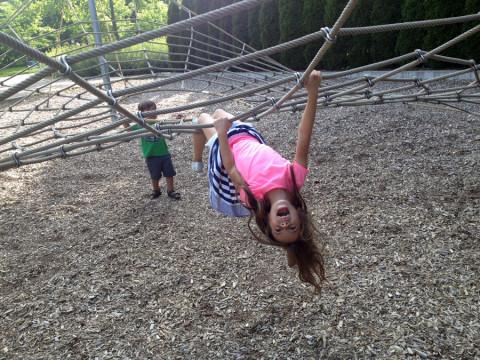 Julia fazendo graça no playground