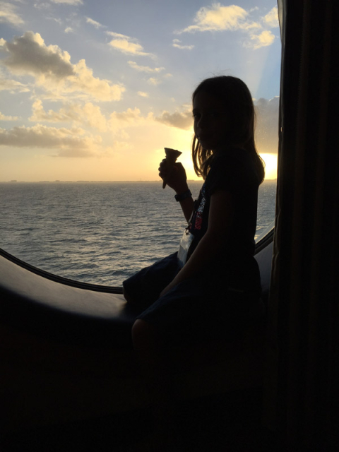 Julia tomando um sorvete e curtindo o pôr-do-sol