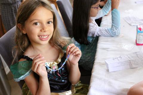 Julia mostrando a sua pulseira