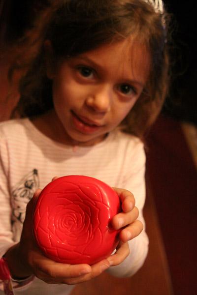 ...e Julia mostrando a rosa eletrônica que serve de localizador pros garçons