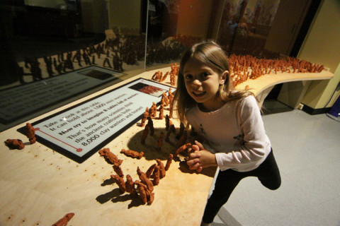 E depois colocando na mesa com os outros, feitos pelas crianças que visitaram a exposição
