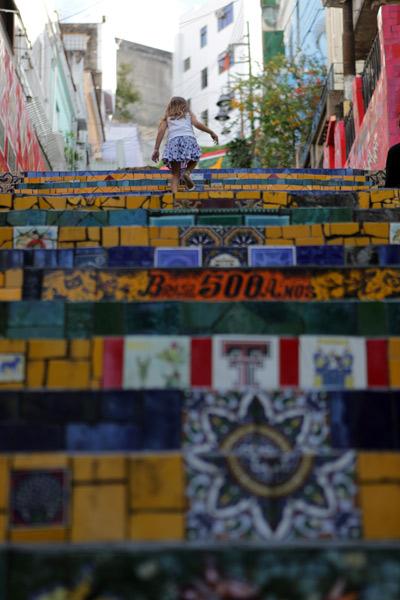 "Julia subindo a Escadaria Selarón, foto Gustavo ""Camarão"" Bordallo"