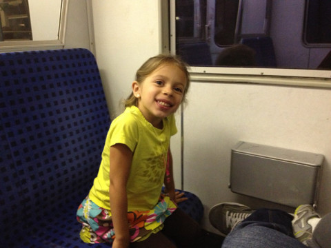 Julia (com cara de quem dormiu) no trem para Frankfurt