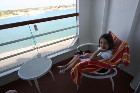 Julia na nossa varandinha enquando o navio estava no porto em Key West