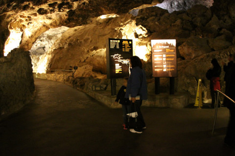 Julia e a minha mãe dentro da caverna, no início da trilha