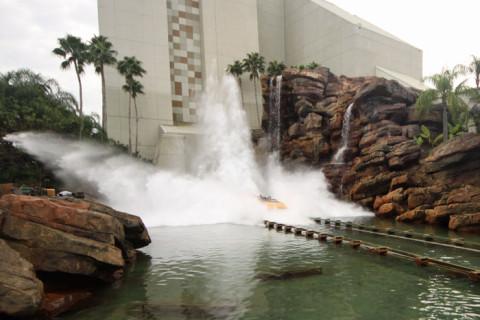 Um barco chegando no final da Jurassic Park Ride - você fica molhado sim ou com certeza?
