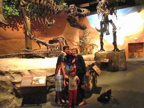 Foto de família no museu dos dinossauros