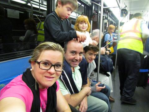 Kellen e família no ônibus da locadora de carro
