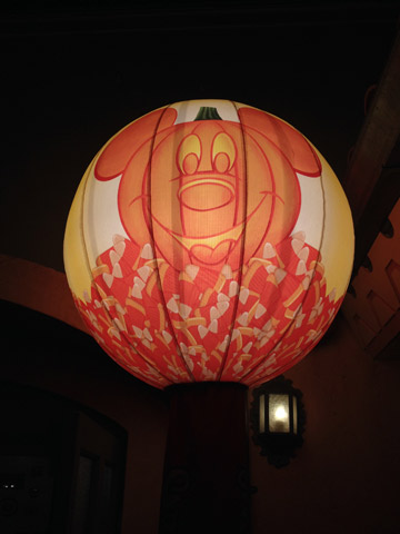 A lanterna que sinaliza os locais da distribuição de doces