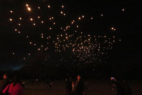 Lanternas no céu, o vento levando