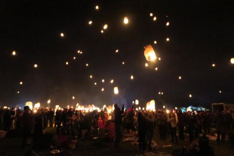 E aí começaram a soltar as lanternas