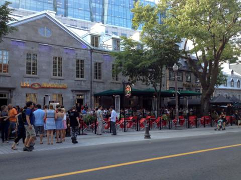 Restaurantes com as mesinhas na calçada da Grande Allée