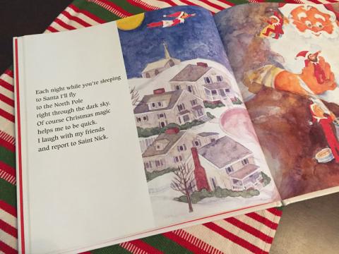 O livro conta que o Elf todas as noites volta pro Polo Norte pra dar um relatório pro Papai Noel
