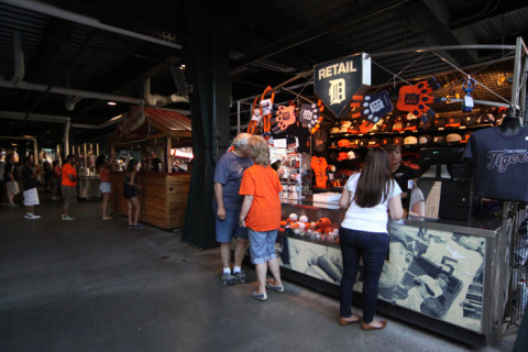 Tem lojinhas espalhadas pelo estádio vendendo tudo do time, claro
