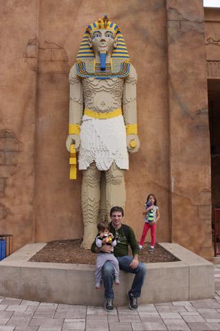 Gabe, Julia e Eric em frente ao Lost Kingdom Adventure