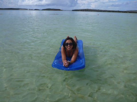 Eu aproveitando a praia em Castaway Cay antes da chuva