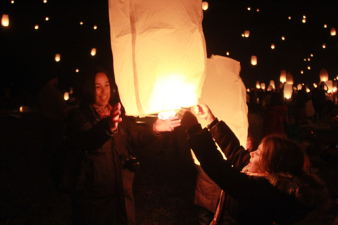 Eu e a Julia soltando a nossa lanterna no Festival das Luzes nos EUA.  Foto:  Claudia Beatriz