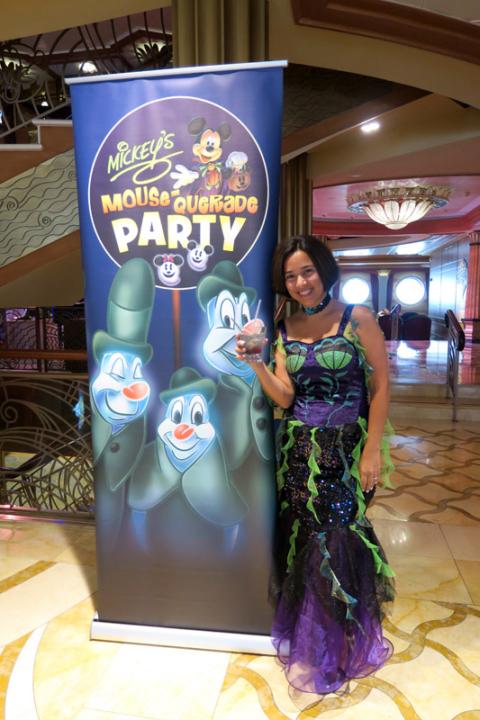 Eu tomando o Spooky Juice na festa de Halloween