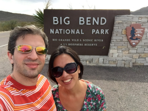 Eu e o Gabe saindo do Big Bend, como estava escuro na chega tiramos a foto com a placa na saída!