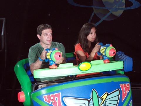 Eu e o Gabe na atração Buzz Lightyear, foi automaticamente adicionada