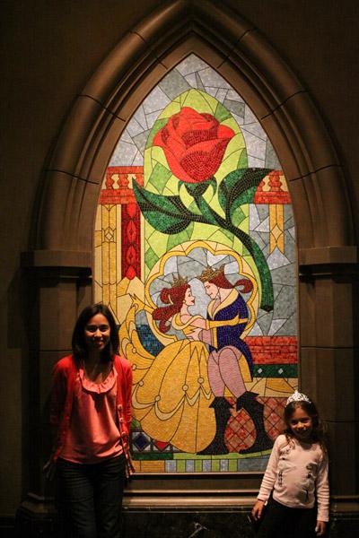 Eu e a Julia na frente do mosaico lindo que fica no hall de entrada