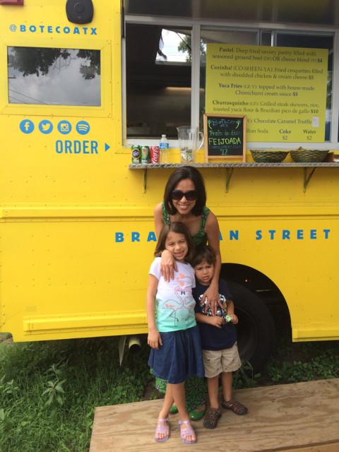 Eu e meus fofos prestigiando o único food truck brasileiro de Austin