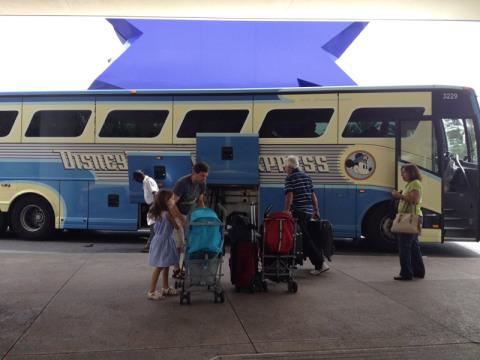 O Magical Express para bem na frente do hotel