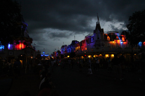 Main Street ao anoitecer na festa de Halloween do Mickey