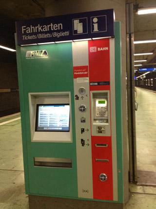 A máquina que vende os tickets para o trem