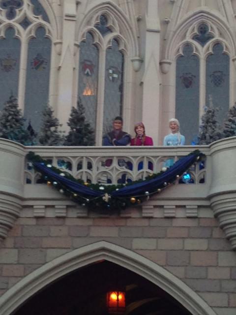 Anna e Elsa estavam lá assistindo as corridas da Disney