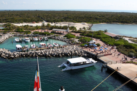 A marina de onde saem os barcos de passeios que você pode comprar pelo site ou no balcão do Port Adventures no navio