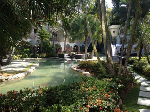 O jardim lindo dentro do Grand Cayman Marriott