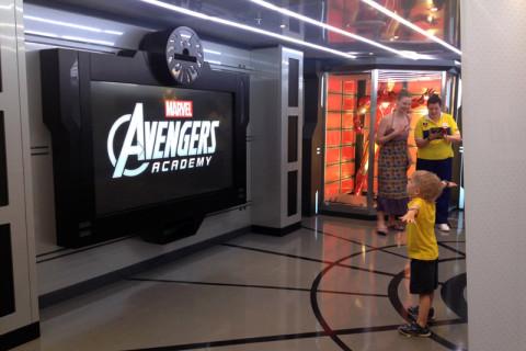 Outro menino brincando no simulador, mas eles fazem atividades mesmo com papel e outros jogos de heróis