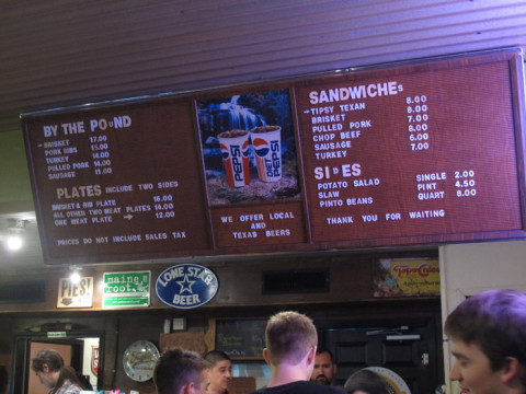 O menu: carnes a peso, pratos ou sanduíches.