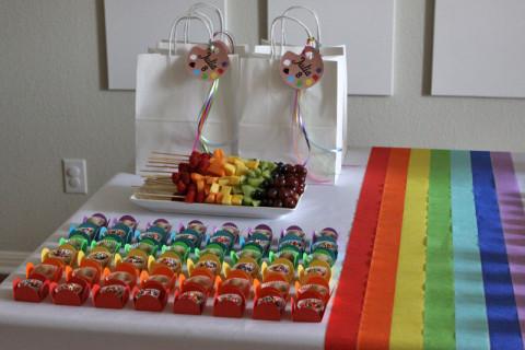 Os espetinhos de frutas e docinhos (brigadeiro e de nozes), sacolinhas de lembrancinhas