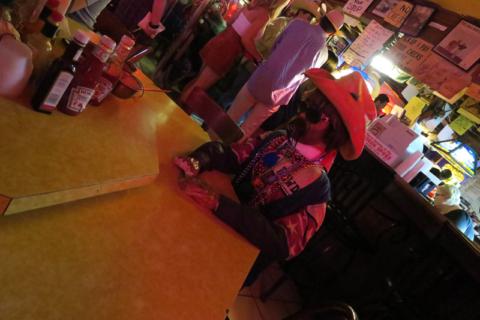 Essa mesa tem um boneco de cowboy pra te fazer companhia
