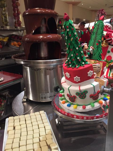 Tem morangos com fondue de chocolate, esse bolo lindo era apenas decoração