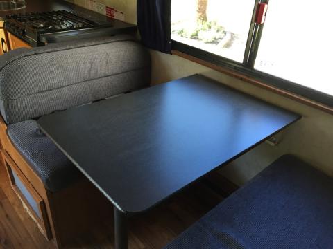 A mesa do motorhome, que vira uma cama