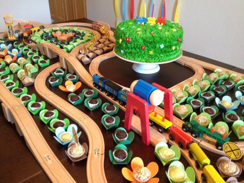 Mais um ângulo da mesa com os docinhos e os trilhos de trem