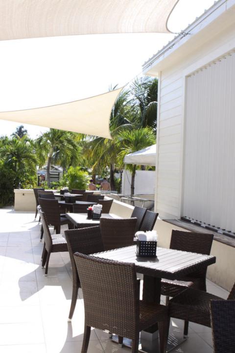 Mesas no Royal Palms Beach Club em Grand Cayman, vazias de manhã cedo