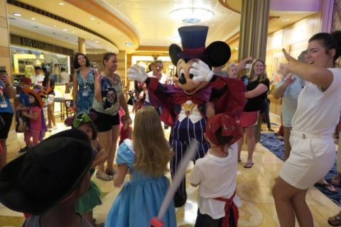 Mickey dançando na festa de Halloween
