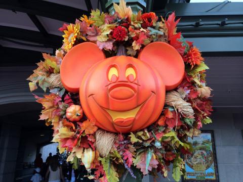 A abóbora do Mickey - uma jack-o-lantern - está espalhada pelos postes do parque