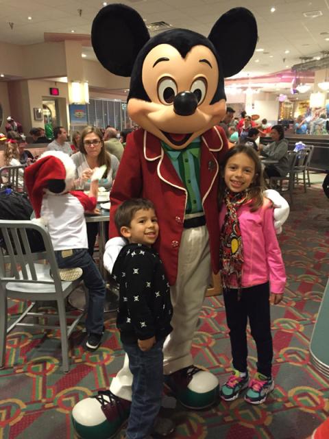 Mickey, Julia e Eric no jantar de Natal