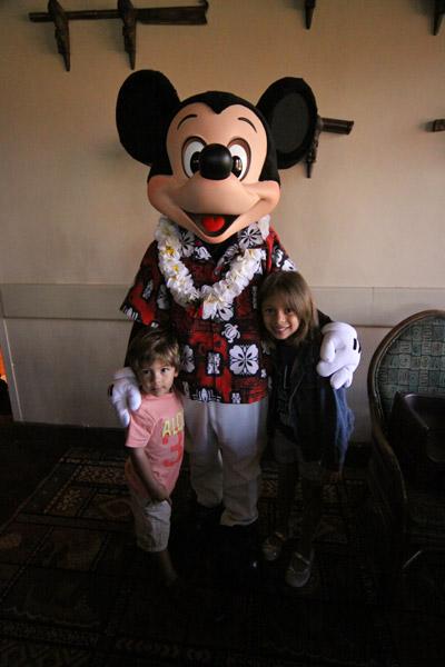 Com o Mickey havaiano