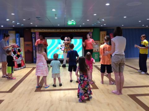 Mickey dançando com as crianças (e adultos) durante um Open House no Oceaneer's  Club