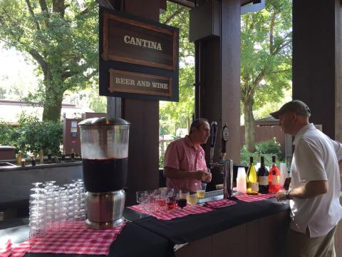 O bar servindo sangria, vinhos e cervejas, incluídos no preço da refeição