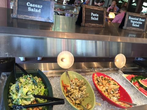Tem saladas...