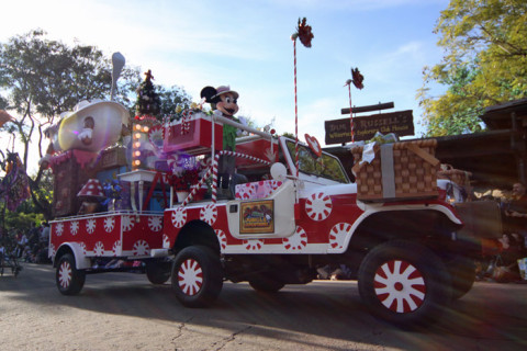 Minnie passando durante a Mickey's Jingle Jungle Parade