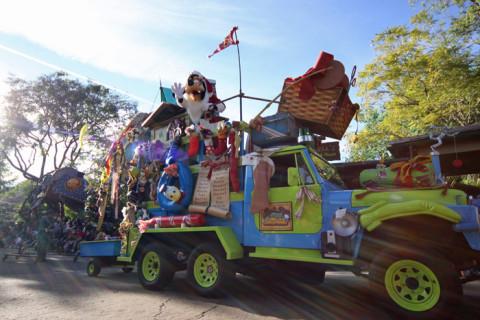 Pateta Papai Noel na Mickey's Jingle Jungle Parade