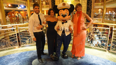 Nós na noite formal, chiques com o Mickey